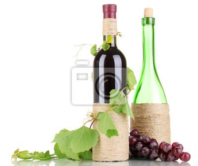 Butelka wina z winogron liści samodzielnie na białym tle