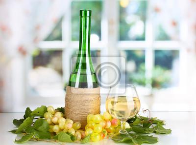 Butelka wina z winogron liści tle okna