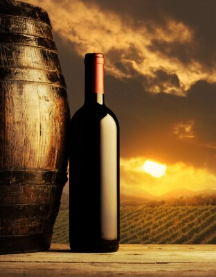 butelkę czerwonego wina o zachodzie słońca
