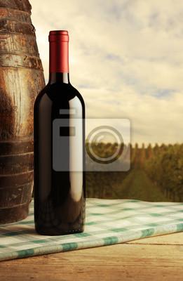 butelkę czerwonego wina, winnic w tle