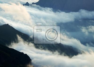 Naklejka Chmury i wzgórza górskie. Piękny krajobraz
