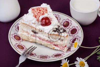 Naklejka Ciasto z wiśni z kubkiem mleka