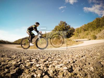 Naklejka ciclista Si allena w salita lungo una strada di Montagna