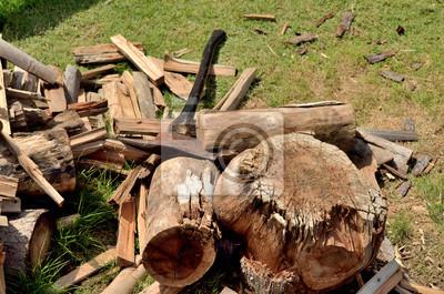 cięcie drewna na opał z siekierą