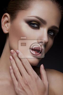 Naklejka Close-up portret pięknej kobiety z jasnym makijażu i fryzury.