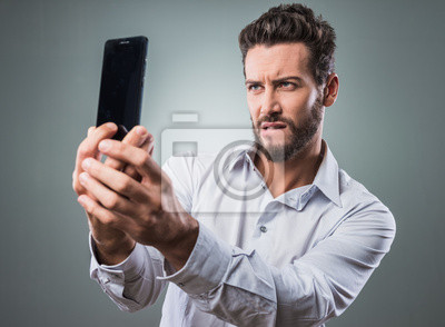 Cool man biorąc selfie