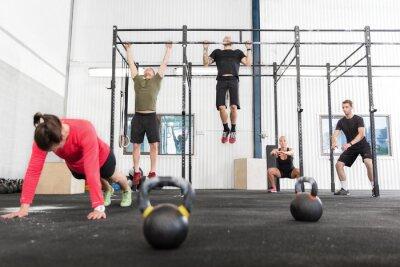 Naklejka CrossFit grupa trenuje różne ćwiczenia