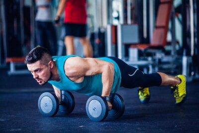 Naklejka Crossfit instruktor na siłowni robi pompki