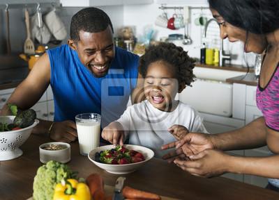 Naklejka Czarna rodzina jedzenia zdrowej żywności razem