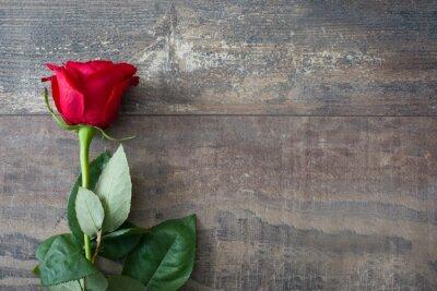 Naklejka czerwona róża na tle drewna