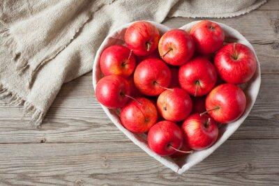 Naklejka Czerwone jabłka na stole