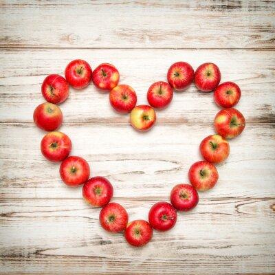 Naklejka Czerwone jabłka serce drewnianym tle. Love koncepcji rocznika