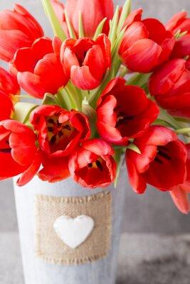 Naklejka Czerwone tulipany na tle drewnianych.