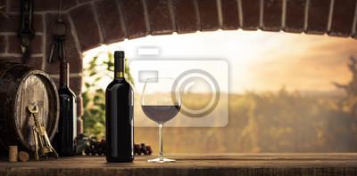 Czerwone wino degustuje w piwnicy