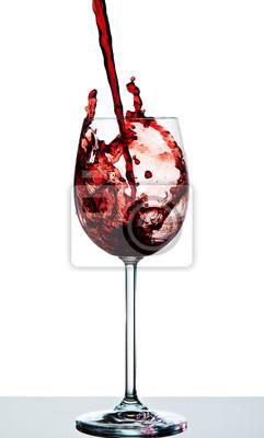 Czerwone wino wlewa się do kryształowego kieliszka