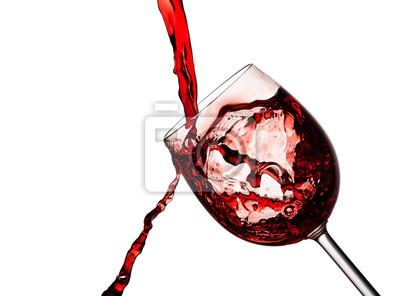 Czerwone wino wlewa się do szkła kryształowego