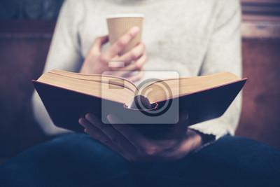 Naklejka Człowiek czytania papieru i picia z kubka