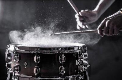 Naklejka Człowiek gra muzyczny instrument perkusyjny z pałkami, koncepcję muzyczną, piękne oświetlenie na scenie
