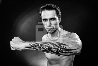 Naklejka Człowiek Pokazuje Tatuaż Na Ręce Ramię Wykonane W Studio