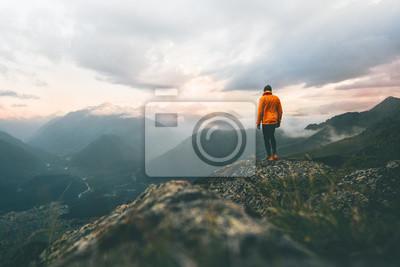 Naklejka Człowiek poszukiwacz przygód na szczycie górskim wędrówki Podróżowanie samotnie heathy styl życia aktywny wypoczynek szlak bieganie na zewnątrz