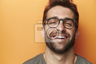 Naklejka Człowiek śmieje się w pomarańczowym studio, bliska