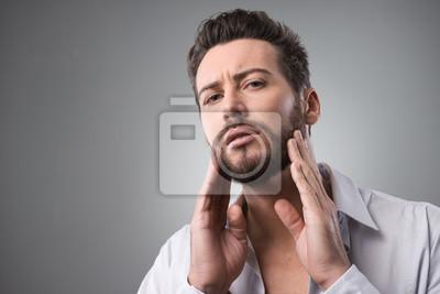 Człowiek sprawdza jego brodę