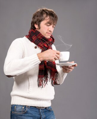 Naklejka Człowiek z filiżanką gorącej kawy lub herbaty