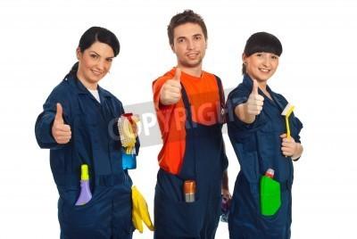 Naklejka Czyszczenie pracowników z rzędu posiadania środków czyszczących i dając kciuki do góry na białym tle