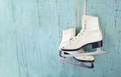Naklejka Damskie łyżwy ice wisi na niebieskim tle drewniane