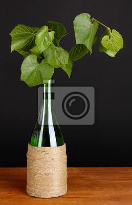 Dekoracyjne butelki wina z liśćmi winogron
