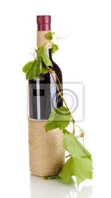 Dekoracyjne butelki wina z winogron liści samodzielnie na białym tle