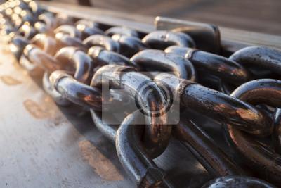 Naklejka Długie metalowe łańcuchy na doku łodzi w pobliżu wody
