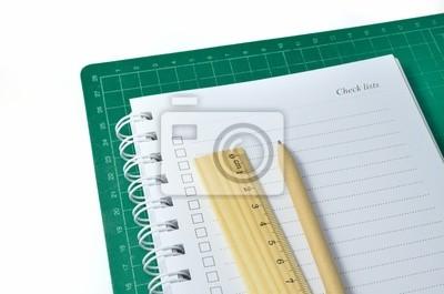 długopis, linijka i notebook cięcia na matę