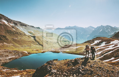 Naklejka Dobiera się backpackers wycieczkuje w górach nad jeziorem Podróżuje wpólnie styl życia podróżomanii pojęcia przygody być na wakacjach plenerowego widok z lotu ptaka.