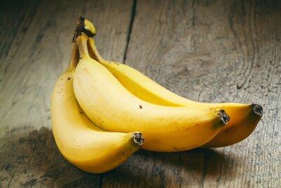 Naklejka Dojrzałe banany na starym drewnianym stole w stylu rustykalnym, selektywne f