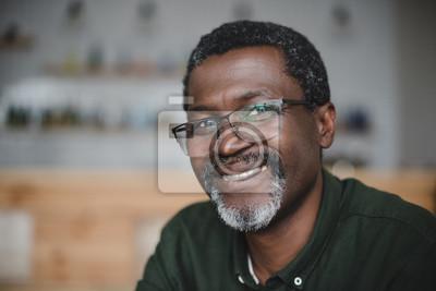 Naklejka dojrzały mężczyzna african american w barze