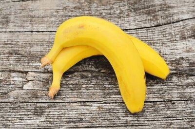 Naklejka Dojrzałych bananów na drewnianym tle