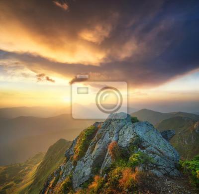 Naklejka Dolina górska podczas zachodu słońca. Piękny krajobraz naturalny w okresie letnim