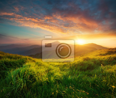 Naklejka Dolinie górskiej podczas wschodu słońca.
