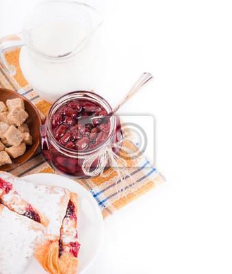 Dom dżem i rogalik z wiśni na serwetce chrapliwym