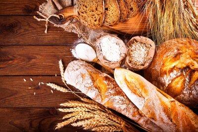 Naklejka Domowy chleb na drewnianym tle. W stylu country. pieczenia żywności tle