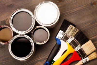 Naklejka Domowy odświeżanie, farb puszki i barwioni muśnięcia na drewnianym szarym tle