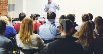 Naklejka Dorośli słuchają wykładu profesora w małej klasie. Panoramiczny współczynnik kształtu.
