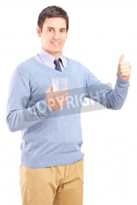 Naklejka Dorywczo facet trzyma szklankę wody i daje kciuk w górę na białym tle