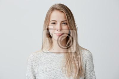 Naklejka Dosyć ono uśmiecha się joyfully kobiety z uczciwymi włosy, ubierający niezobowiązująco, patrzejący z satysfakcją przy kamerą, być szczęśliwy. Studio strzał atrakcyjna piękna kobieta odizolowywająca pr