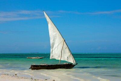 Naklejka Drewniane jachtu (Dau) na tropikalnej plaży Zanzibaru wyspie.