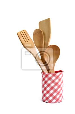 Drewniane naczynia kuchenne na białym