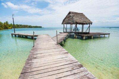 Naklejka Drewniane ścieżki o małej chatce nad morzem na wyspach Karaibów Bocas del Toro w Panamie