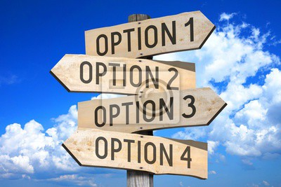 Naklejka Drewniane szyld z czterech strzałek - opcja 1 opcja 2 opcja 3 opcja 4 - doskonale nadaje się do tematów takich jak wybór, podejmowanie decyzji itp