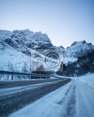 Droga w dolinie górskiej. Naturalny krajobraz w Norwegii